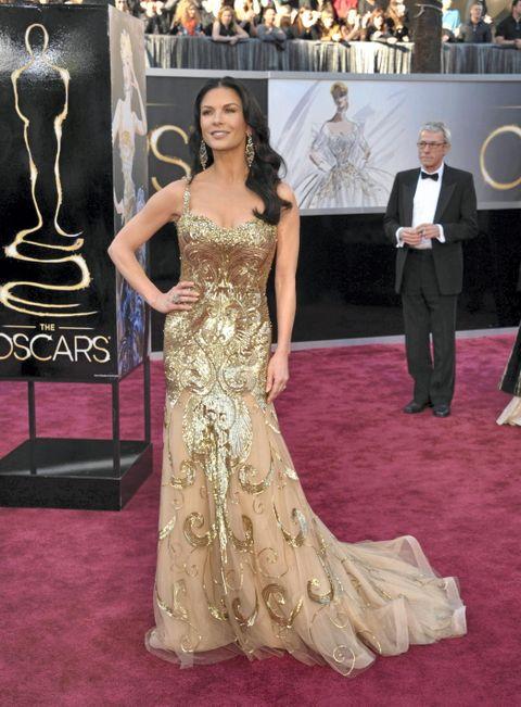 Ankom Oscar utdelingen i Hennes & Mauritz kjole og smykker