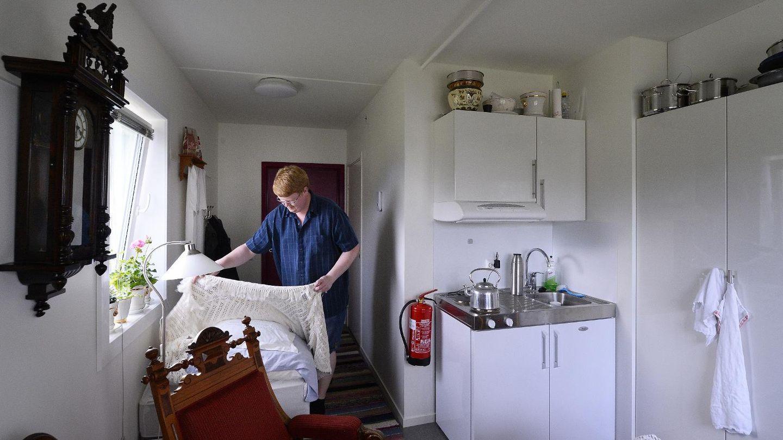 Stig roar (19) har innredet hybelen sin med møbler fra 1800 tallet ...