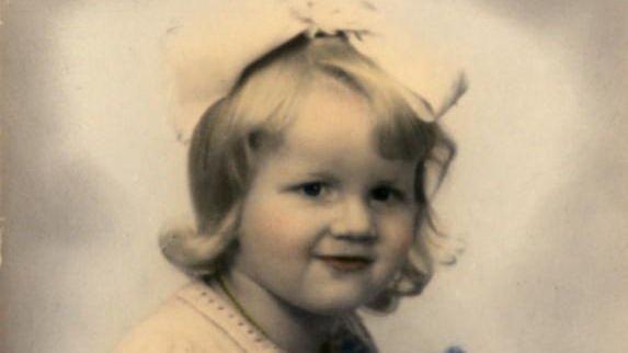 4b770a02 Hun ble gitt bort via en rubrikkannonse i Bergens Tidende. Dette bildet  sendte adoptivforeldrene til Giselas biologiske mor, ...