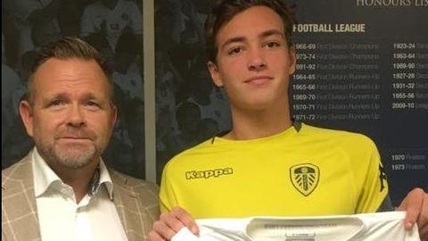 MED AGENTEN: Niklas Haugland kommer til en gigant i engelsk fotball. Bak ham vises noen av triumfene i Yorkshire-klubbens rike historie. Her med agent Stig Lillejord.