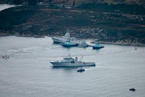HOLDT FAST: To taubåter forsøkte å holde forsvarsskipet fast mot land for at det ikke skulle synke.