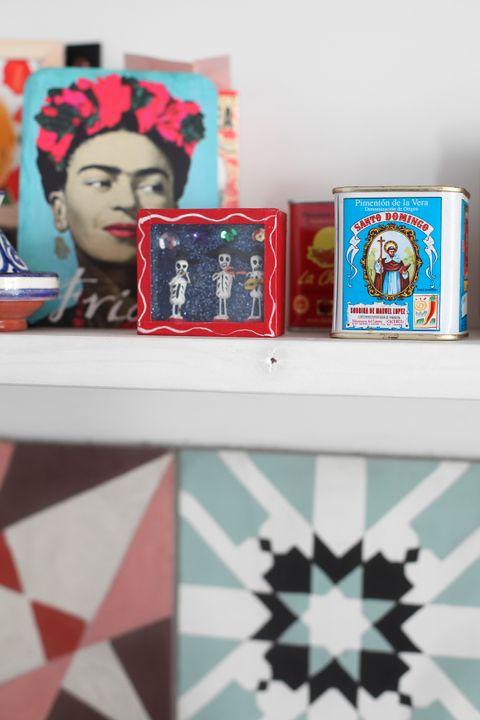 Frida Kahlo går igjen blant krydder og oljer på kjøkkenet.