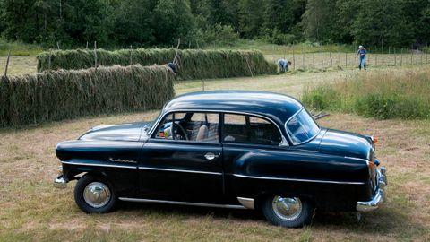 HESJING: Randi og Bjørn Giljarhus hesjar, medan ein Opel Rekord frå 1958, som tilhøyrer sonen, står fint parkert på bøen.