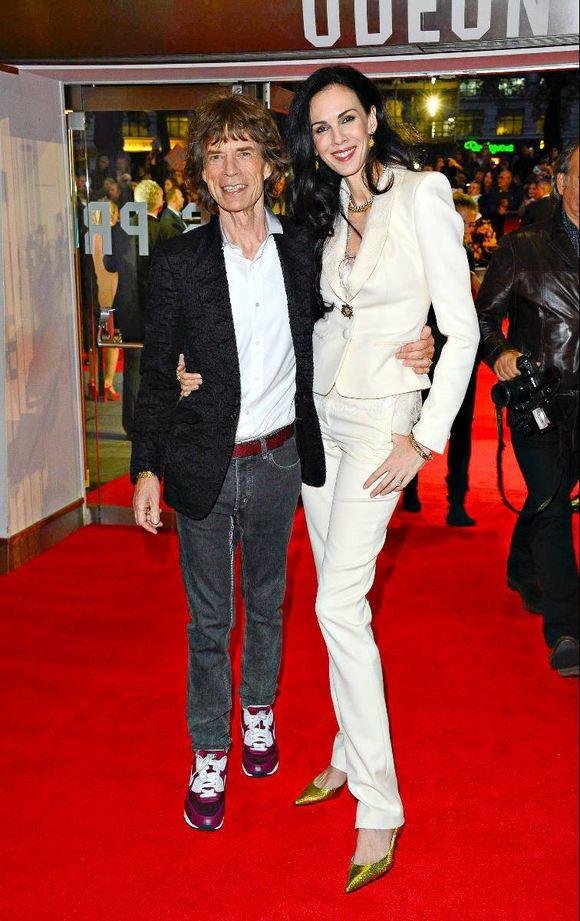 45e854c3 Hvorfor ikke prøve en hvit smoking i stedet for kjole? Her er Mick Jagger  og L'Wren Scott på vei til gallamiddag under London Filmfestival i oktober.