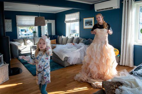 KJOLE NR. 2: Da Heidi Hagaløkken prøvde å gifte seg med Thomas Willard for andre gang, falt hun for denne sjampanjefargede. Emma tester hanskene.
