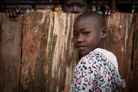 MEDISIN: Mave (8) venter på å bli offisielt registrert som flyktning ved mottakssenteret, sammen med foreldrene og lillesøsteren sin. Faren forteller at Mave har hjernehinnebetennelse og trenger medisinsk hjelp.