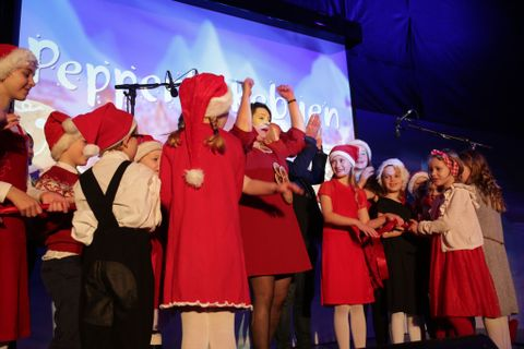 ÅPNET: Ordfører Marte Mjøs Persen sammen med barn fra musikk- og dramagruppen Pinocchio. På scenen bidro også barn fra Cornerteateret med utdrag fra musikalen «Julens Magi»