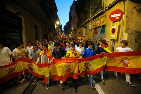 VIL IKKE UT AV SPANIA: De som bor i Catalonia og ikke vil ut av Spania, symboliserer gjerne det spanske flagget.