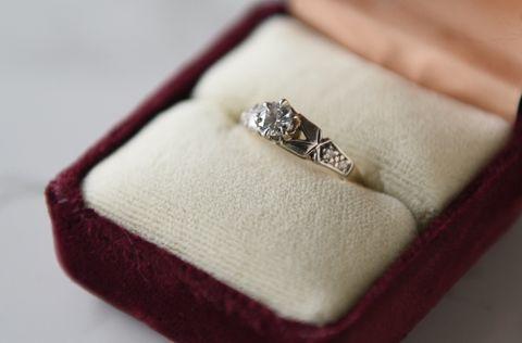 VIL BEHOLDE: Diamantringen Randi Kleppe fikk av sin eksforlovede vil hun beholde. Den har tilhørt hans bestemor.