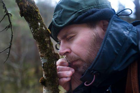 BIOLOG I FELTEN: Artar så små at dei må leitast etter med lupe finst i regnskogen på Tysnes. Magnus Johan Steinsvåg er på ivrig jakt.