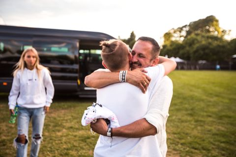 VANSKELIG: Tvillingenes far, Kjell-Erik Gunnarsen, er utdannet lærer og reiser alltid med sønnene når de er på jobb som popstjerner. Han synes det er vanskelig når noen skriver stygge ting om sønnene på sosiale medier. Bildet er fra konserten på Voldsløkka i Oslo i sommer.