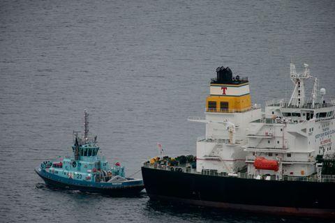 SLEPES BORT: Tankskipet ble slept bort etter ulykken.