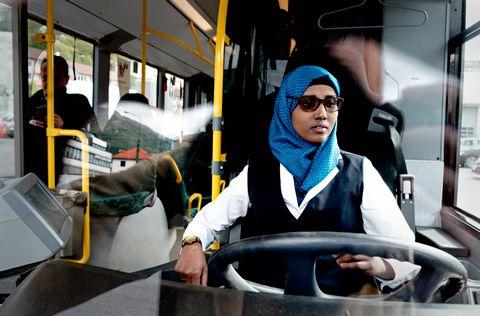 STØ PÅ RATTET: Naima Ahmed Mahamud er rolig bak rattet, selv på en kaotisk ettermiddag og midt i rushtiden. – Jeg er glad i denne jobben, sier hun. På kveldstid leser hun til eksamen ved BI.