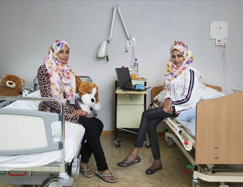 SØSTRE TIL EVIG TID: Storesøster Shou-Shou (til v.) er Zahras eneste støtte. Det er bare de to, resten av familien er på den andre siden av kloden. I de ti månedene Zahra var innlagt på sykehus, var Shou-Shou der hele tiden. De finner trøst i å sove sammen.