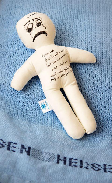 SMERTEDUKKE: Pasienter med ekstreme smerter får dukker de kan rive i stykker for å avreagere. Zahra tegner tårer på sin dukke, og sover med den i sengen.