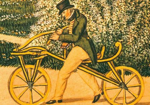 DEN FØRSTE SYKKELEN: Oppfinneren Karl von Drais med sin «Laufmaschine», som bli regnet som den første sykkelen.