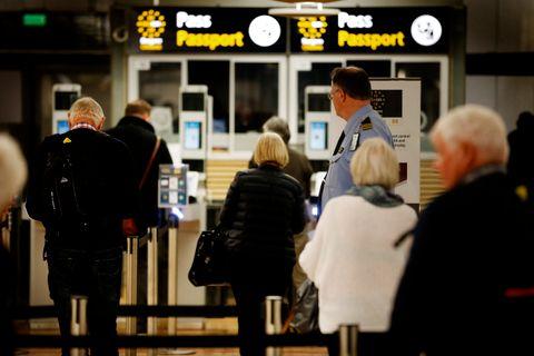 FRA LONDON: Her er passasjerer som kommer fra London til Oslo på vei gjennom passkontrollen. De kan gå gjennom en såkalt e-gate der passet sjekkes i en maskin.