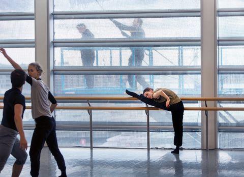 VASK OG BØY: Vindusvaskerne på Operaen får ballettinstruksjon på kjøpet. Embla til høyre, Klara Mårtenson til venstre.