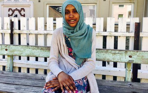 BRUKER HIJAB: Waad (13) har gått med hijab i flere år nå, og sier hun ikke kunne tenke seg å gå uten. – Men det kan bli litt varmt av og til, sier hun.