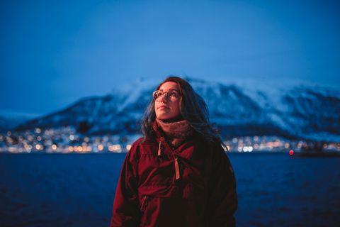 Skumringen faller på i Tromsø, hvor Selda Ekiz forbereder seg til årets «Påskemorgen»-sendinger. I hele påsken skal hun og Christer Johnsgård holde barna med selskap om morgenen.
