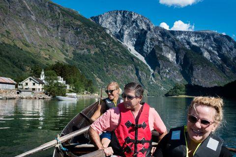 DRAUMEN: Tone Rønning Vike tar med gjestane Robert Reback og Leslie Reback ut i robåt på Nærøyfjorden.