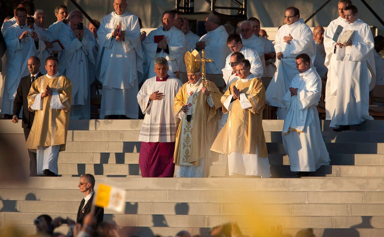 Han slår fast at Den katolske kirke ansetter ikke folk primært på bakgrunn.