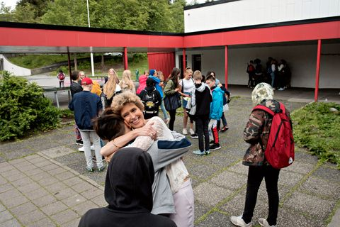 SISTE KLEM: Liv og elevene takker hverandre siste skoledag. Hun har jobbet 42 år på Løvås. – Du har gjort skole gøy, sier en av guttene.