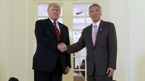 MØTTES: Donald Trump (t.v.) hilste mandag på Singapores statsminister Lee Hsien Loong.
