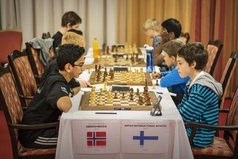 SISTE RUNDE: Afras fra Søråshøgda mot en spiller fra den finske skolen Espoo. Afras vant 4 -0.