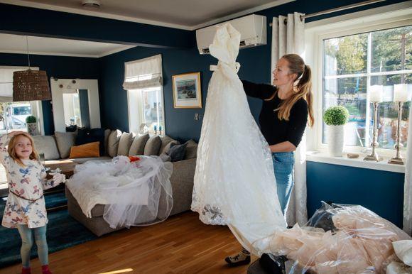 79ba3b96 KJOLE NR. 1: Fra garasjen dukker den ene brudekjolen etter den andre opp.  Dette er den første Heidi Hagaløkken kjøpte. Emma (7) synes alle er fine.