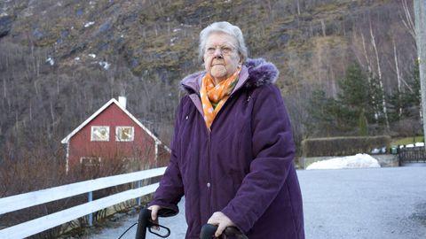 LENGTAR HEIM: Ingeborg Hunderi fekk bu hjå sonen Olav på Årdalstangen etter at huset hennar i Lærdal brann ned til grunnen. Men ho lengtar ofte heim til Lærdal, der ho er fødd og oppvaksen. Til jul håpar 85-åringen at ho kan flytte inn i nytt hus.