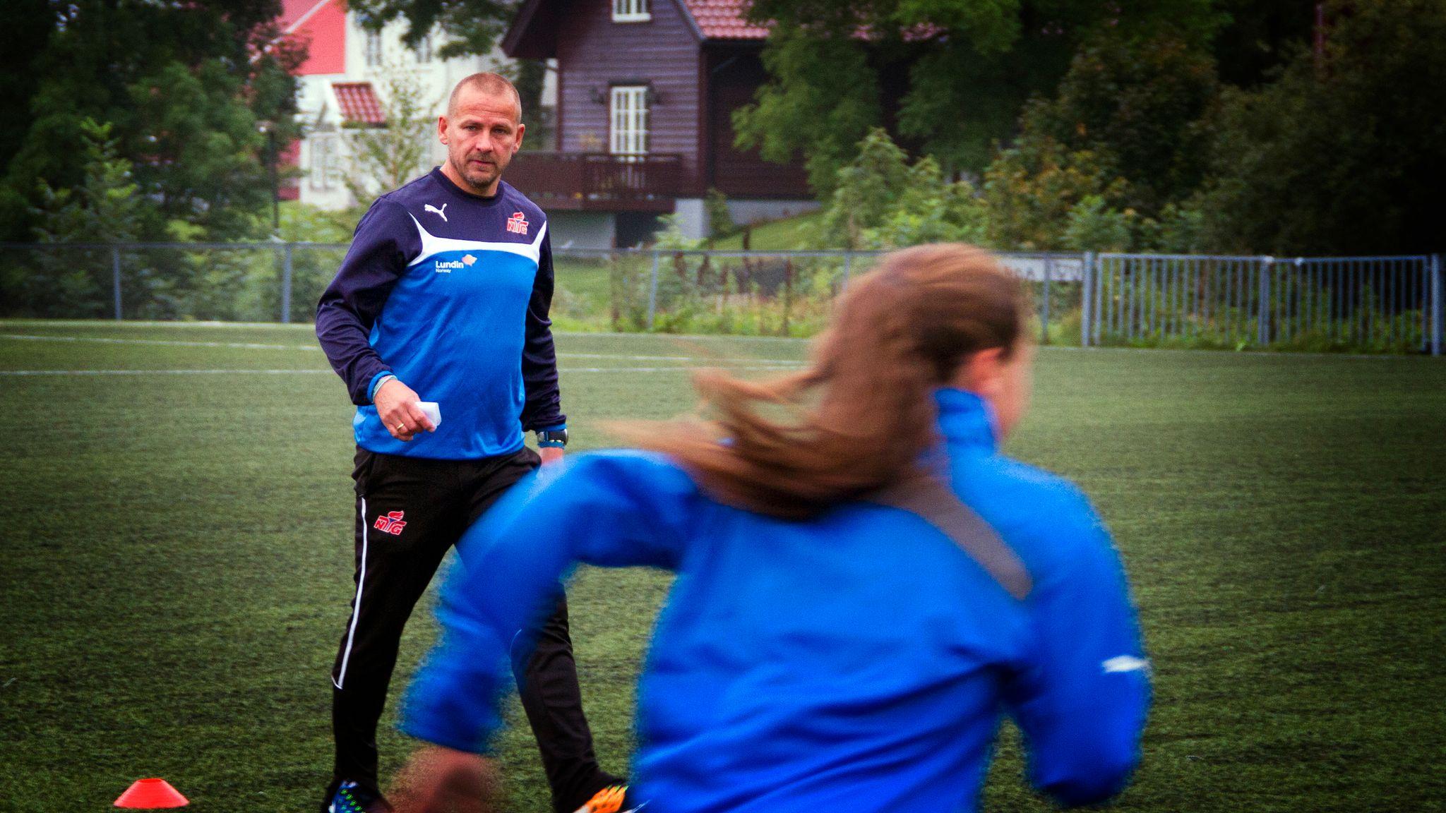 843de89d Viggo Strømme har vært på besøk hos mange fotballklubber i utlandet. Her  under trening med NTG-elever på Hosle i 2014. Pål Wollebæk Jørgensen