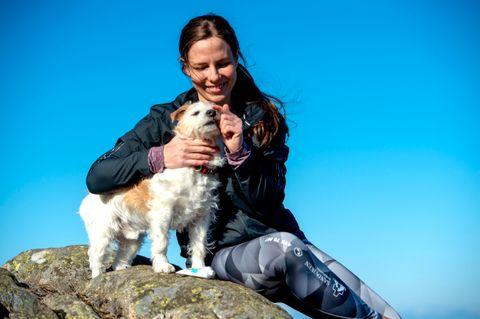 SOLKREM: Matmor og veterinær Kristine Skogseth-Jacobsen smører nesen til Rio. – Neseryggen er spesielt viktig å passe på og smøre inn med solkrem på påskefjellet.
