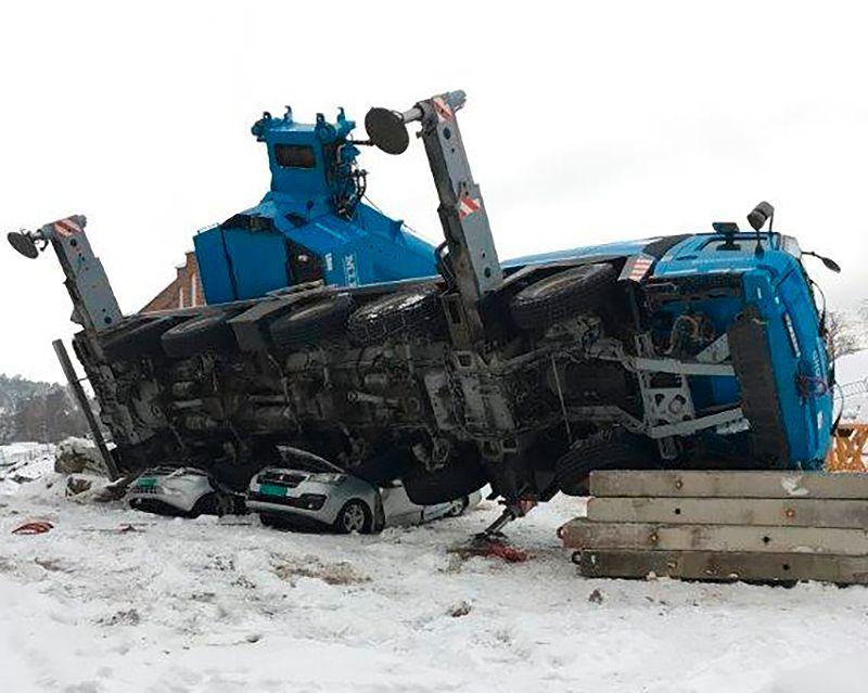 Kran veltet i Vestfold – varebiler knust
