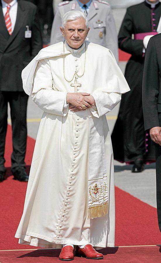 c27e510c4288 De knallrøde skoene til pave Benedikt XVI vekker oppsikt.