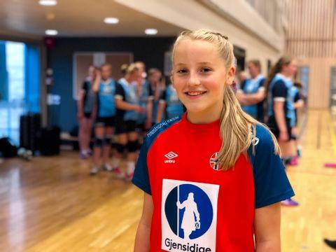 MINI-HÅNDBALLJENTE: Ida (12) er mini-håndballjente! Derfor spilte hun med rød landslagsdrakt, og de andre i blått.