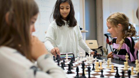 UNG LÆRER: Ariza Hina Mansoor ble SFO-lærer i sjakk da hun bare var 10 år gammel.