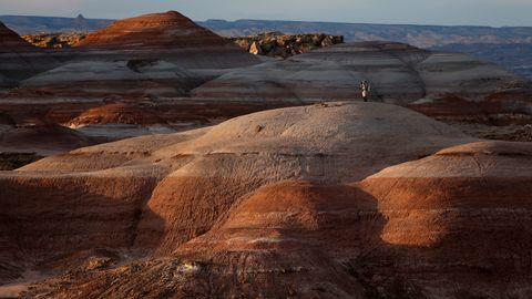 Forsker Volker Maiwald simulerer en spasertur på Mars, midt i Utahs ødemark, i den privateide Mars Desert-forskningsstasjonen. Her studerer geologer, biologer og ingeniører omgivelsene, i et forsøk på å gjenskape miljøet på den rustrøde planeten.