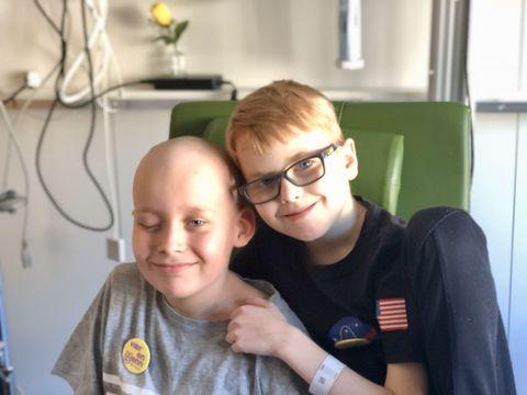 PÅ SYKEHUSET: Andreas (9) og Odin (10) ble kompiser på sykehuset. – Før det kjente vi ikke hverandre, sier Odin.