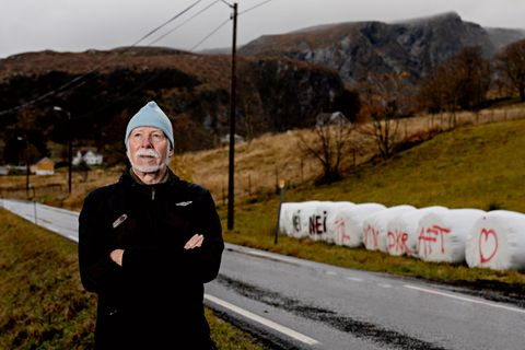 NEI-MANN: Vindkraftplanene på Bremangerlandet utløser stort engasjement. Ivar Rune Varpe har opplevd nattlige raid mot rundballene. Han har selv vært ute og malt over gjerningspersonenes «ja» med et dobbelt «nei».