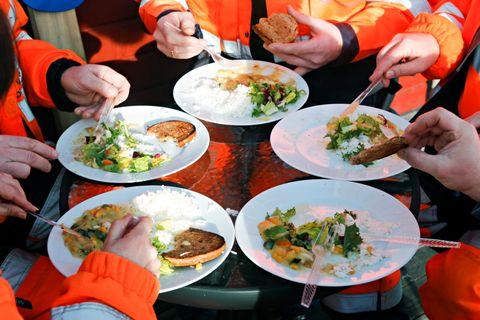 «Jernbanegryte med kylling» spist i fellesskap i vintersolen på bakketaket på anleggsområdet ved Minnesund.