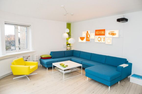 8858ac01 PRIMÆRFARGER: Den blå sofaen satte standarden for leiligheten, den gule  sofaen er trukket om og de røde lysboksene har Roy Leoni selv designet.