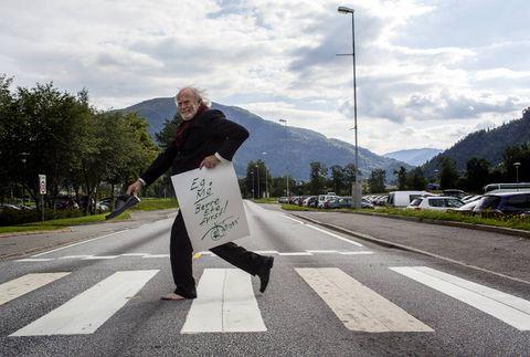 FØRDE ROAD: – Sunnfjordingen er dønn ærleg, men må få ete fyrst, seier biletkunstnaren Oddvar Torsheim i Førde. Forfedrane hans skal ha flykta frå hugenottane i Frankrike til asyl i Sunnfjord.