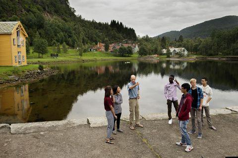 UTETIME: Alistar Robertson underviser i miljøfag på United World College Red Cross Nordic i Fjaler. Denne dagen har han tatt klassen med ut. Elevane kjem frå Noreg, Thailand, Laos, Myanmar, Ghana og Nepal.</em>