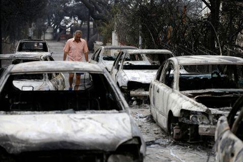STORE SKADER: Da dagslyset kom til Hellas tirsdag morgen, ble skadene mer synlige. En ordfører i området fortalte at han så 200 brente biler.
