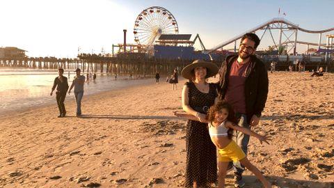 SOLNEDGANG: – Vi slapper av i Santa Monica, sier Alyessa Alonzo (f.v.) med datteren Alyson Sepeda og Victor Gutierrez.