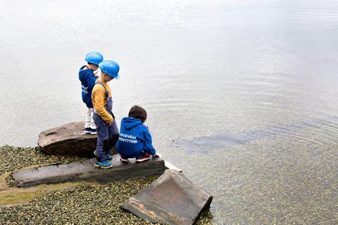 FLYTER BÅTEN? Isak Falkenberg (5), Arn Krüger Rød (8) og Tim Henning Myren-Myster (11) tuslet heller ned til Puddefjorden for å sjøsette trebåten.
