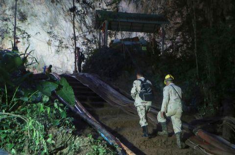 INNGANGEN: Redningsmannskaper på vei opp mot hulesystemets inngang 2. juli.
