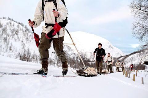 AUTENTISK: På nymotens ski, men med utstyr som elles er utdatert, tok hardingane seg over fjellet til Oslo. Pulkane er Forsvaret sine gamle, buksene er av vadmål, kamuflasjejakkane er gammalt svensk militærmateriell.