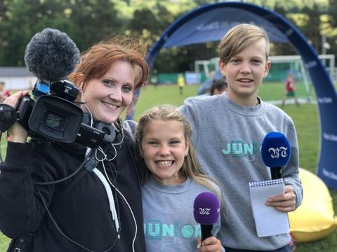 PÅ JOBB: Her er juniorreporterne Hermine og Nikolai sammen med fotograf Alice Bratshaug på Voss Cup.
